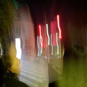 真夜中の心霊写真鑑定18。一瞬手振れ画像に見えますが実は強烈な心霊写真。人がいたような気がするのは実は幽霊。
