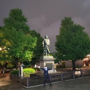 真夜中の心霊写真22上野恩賜公園の西郷隆盛の像のそばの木の枝の間に浮かぶ人間の顔。友幸先生がその場所に手をかざすと、ピリピリ来るという事です。