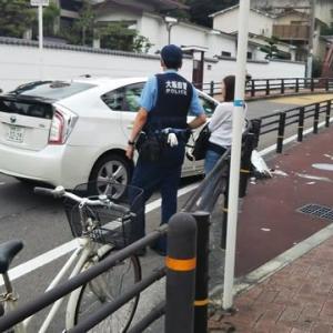 本日真田山プールの帰りしな学園坂の登り口で自転車専用道のガードレールに激突した倉敷ナンバーを発見。