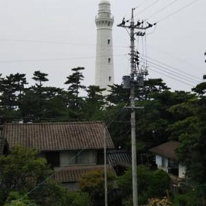 本日は日本一高い出雲日御碕灯台へ。螺旋階段を歩いてトップまで。150段以上上がって汗だく。本日夕方から歩くとき右ひざががくがくに。日御碕神社より古い経島が見えました。