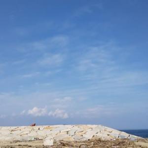 本日淡路島・岩屋海水浴場上空けったいな雲。準神である私にこんな雲を見せるなんて日本国内で何が起こるのでしょうか。