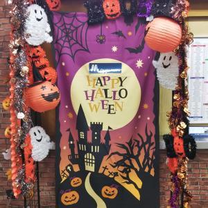本日はハローウィン。大阪メトロ大国町にあるハローウィンの飾りつけ。この1か月間でぱくられた飾りはあるのでしょうか。暇な人は調べて。