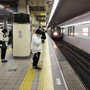 緊急事態宣言慣れしてか。夜の大阪人減らず。よって感染者も減らず。本日23時34分発のなかもず行。大国町駅では乗車多し。乗車客がえむびーまん一人時代が懐かしい。