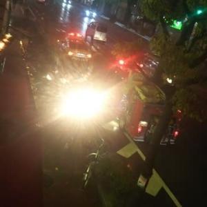 ここは浪速区です。物騒です。隣のビルの前にバトガ―がとまりました。そして、しばらくすると消防車が。