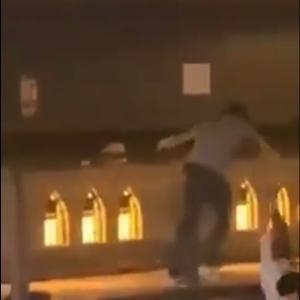 ネットで広まるひっかけ橋(戎橋)での殺人事件の犯行動画。道頓堀川に突き落とされる男性(ぼかしなし)の動画。