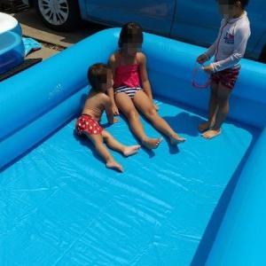 でかい家庭用プールにスライダー。子供がはしゃぐ魅惑のアイテム。