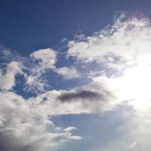 狼雲のお顔の中の、小さな子供さんと小さな恐竜の異次元さん。(20.1.10.金)
