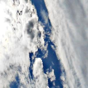 クッキリと雲が分かれる。大気重力波。魔界さん天界さん異次元さん死神さんと陰。「2」「5」「七」。(20.1.25.土)