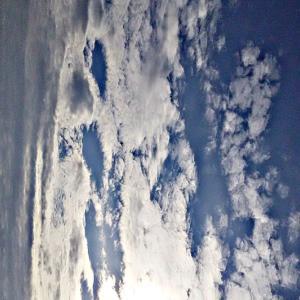不思議な質感の雲。波のような雲。多種多様な魂さんや異次元さんたちが集まる。怒り、恨み、舌を出す陰。(20.2.15.土)