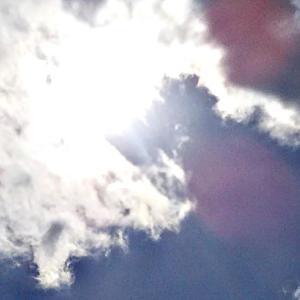 カオスの雲。口から黒いものを吐き出す人たち。黒い手に捕まる異次元さんたち。1ヶ所だけ、直線を感じる雲。(20.2.17.月)
