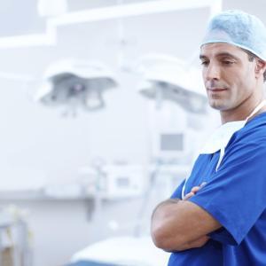 【患者さんの疑問】外来医師は座っているだけで暇そうなのに、どうして予約しても待ち時間が長いのか。