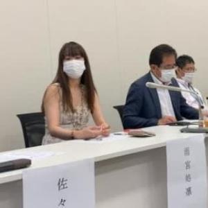 今日はマスクで記者会見です
