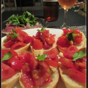 トマトのブルスケッタで一人酒