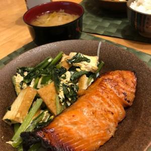 鮭の生姜漬け焼きと小松菜と厚揚げの炒め物