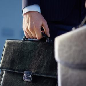 顧客に信頼され売れる営業は重い黒い革のバッグで自己演出をする