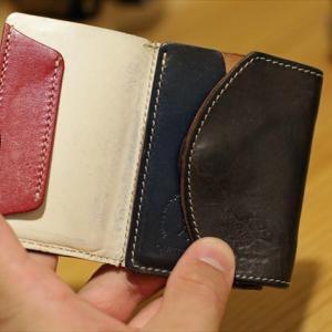 6年モノのabrAsus「小さい財布」と5年モノのクアトロガッツ「小さいふ」の様子