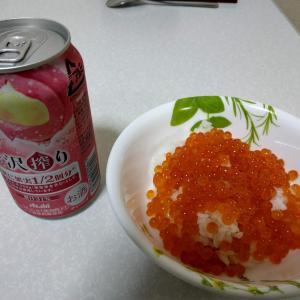 イクラ丼と、缶チューハイ「アサヒ贅沢搾り」