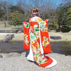 打掛のお引きずり姿で大阪万博記念公園を散策。