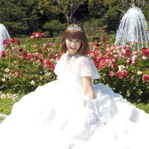 ウェディングドレスでバラ園を散策!