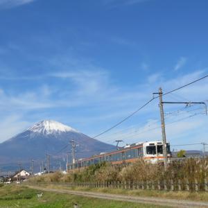 富士山と月、野球少年、サッカーに夢中な子供たち