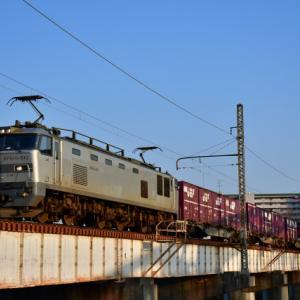 青空の下 夕日に照らされた84レ貨物列車 撮影の巻(R2.3.17)