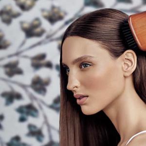 10年愛用者中。アヴェダのパドルブラシで美髪&リフトアップする効果的な使い方とは?