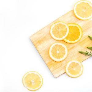 風呂の鏡についた水垢がレモンで落ちる?どうやって掃除するの?