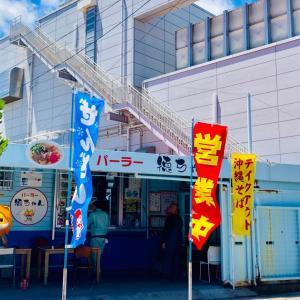 パーラー徳ちゃんは海のそばにあり、お値段が安く、飾らない感じが沖縄県民に愛されている