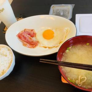 白米と目玉焼と味噌汁と納豆