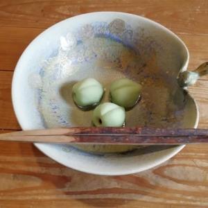 お菓子器は鈴木健司さんの風船かずら 鳥さんがついてます