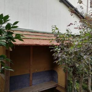 腰掛待合の屋根に 竹がのりました