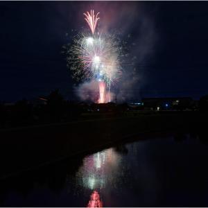 川面に写る花火は誰がために