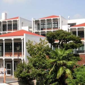 「普連土学園校舎」の絶景を見ながら、コーヒーとスイーツはいいが?