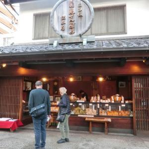 外国人観光客の間をぬって…谷中、三崎坂、昭和の店構えを覗く!