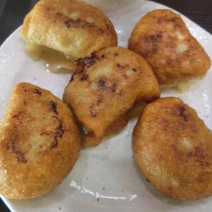 「太陽」(浅草)の餃子は丸形、肉汁がジュワーと噴き出る!
