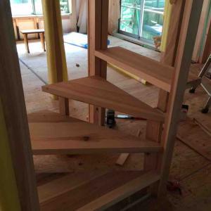 吉野杉の階段造作中(2軒目の新築)