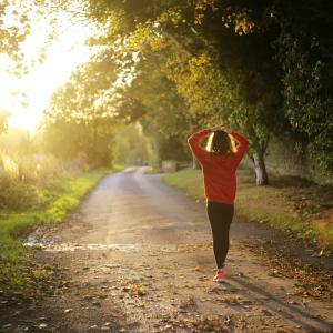 たった20分の早歩きだけで内臓脂肪と死亡リスクが大幅に下がる