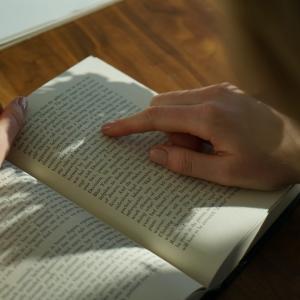 ただ文字を読むだけで幸福感と自信がアップ!活力アップの心理学