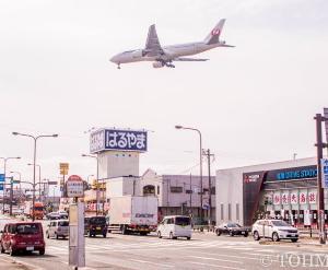 街なかをB7が飛ぶ光景