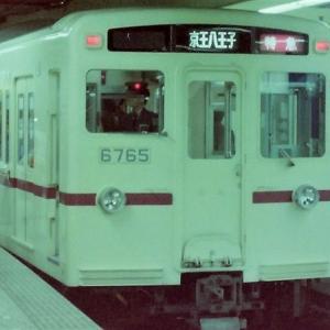 新宿駅に到着した京王6000系特急