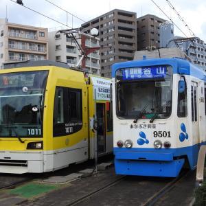鹿児島市電1000形 1011号車(ラインワークスラッピング車両)&9500形 9501号車(あなぶき興産ラッピング車両)