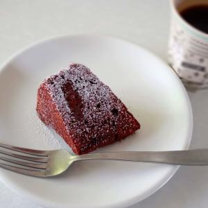 いちごソースの入ったチョコレートケーキ