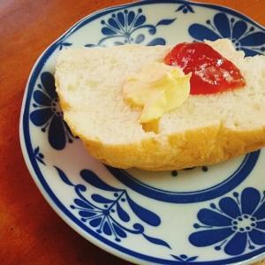 ホームベーカリーで美味しい焼きたてパン、ジャムとバターで