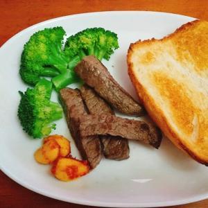 ホームベーカリーのパン、お肉と野菜と一緒に