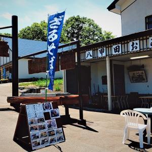 カヤの高原「長生きの茶屋」の外テーブルで / 持ち込みOKの弁当と「山菜そば」