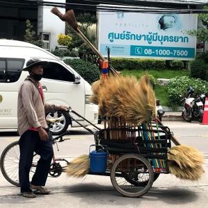 タイのどこか懐かしい風景~ホウキ屋台~