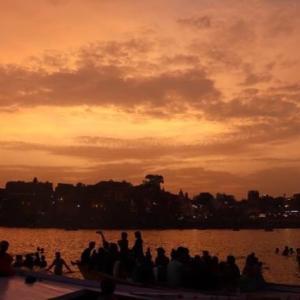 【インド③】胸を高鳴らせながらガンジス川へと漕ぎ出す