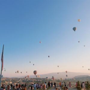 【トルコ①】日の出とともに気球を眺め、奇岩の中で日の入りを眺む。