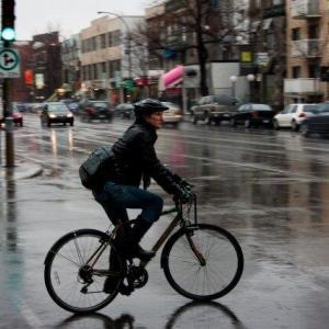 雨天の舗装路ではブロックタイヤは滑り易い?
