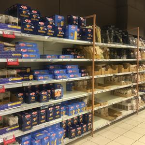 24日にスーパーの棚が空になるとい...
